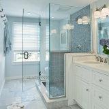 El claro/helado/templó el vidrio del cuarto de baño