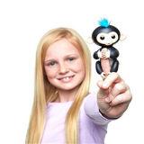 黒いFingerlingsの赤ん坊猿指のおもちゃ