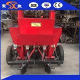 la piccola piantatrice della patata -1/di 2cm ha abbinato con il piccolo trattore a quattro ruote
