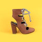 Le donne Brown Strappy della pelle scamosciata che tallonati merlettano in su caric il sistemaare i sandali