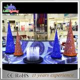 Albero di Natale esterno del centro commerciale 2017 grande con gli indicatori luminosi del LED