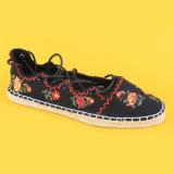 Le donne nere legano in su le scarpe di tela del legame della caviglia con i legami