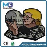中国、ロゴのDebossedの柔らかいエナメルの折りえりPinカスタム折りえりPinの製造業者