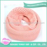 As lãs acrílicas mantêm o lenço morno da cor-de-rosa do quadrado do algodão