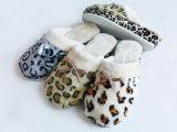 As senhoras aquecem o deslizador macio agradável do conforto interno do inverno com estilo diferente
