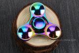 Los juguetes coloridos superventas del hilandero de la mano de la persona agitada relevan los juguetes de la tensión