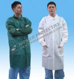 Capa disponible no tejida del laboratorio, capa del laboratorio médico con el pun¢o elástico
