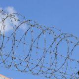 مزود بأشواك - سلك يستعمل لأنّ مجال سياج في جيش وسجن