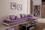 Confortável sofá e colorido com muitos estilos de cortinas