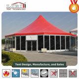 Im Freien grosses rotes Spitzenumlauf-Zelt mit Galss Wänden und Seitenwand-Vorhängen für Ereignisse