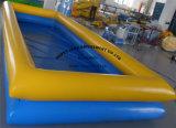 Piscina gigante inflable con el barco de paleta