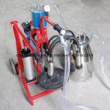 La mano del pistón del motor eléctrico funciona la máquina de ordeño con una sola baldes