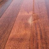 Chão em madeira maciça com alta qualidade