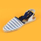 A strisce causali delle donne merlettano in su i sandali bianchi e blu delle scarpe di tela della tela di canapa