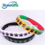 La Chine a bon marché gravé le bracelet en relief de silicones avec la couleur estampée