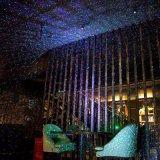 Rgb-Weihnachtsdekoration-Licht-Stern-Erscheinen-Weihnachtsbaum-Licht mit entfernter Station