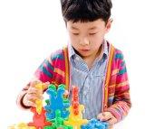 Gebildet China-Kind-im quietschenden Baustein-Spielzeug