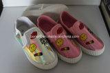 Les chaussures occasionnelles des enfants avec le haut de couleur