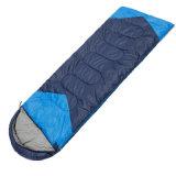 キャンプしている冬のライト級選手寒い気候のための旅行ミイラの寝袋をハイキングする