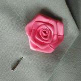 人のスーツの装飾項目ピンクのサテンの折りえりの花Pin