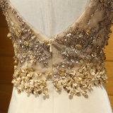 Oro que rebordea el vestido de noche del resbalón lateral