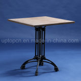 木のテーブルの上およびレトロ様式表の足(SP-RT564)を搭載する正方形のレストランの家具表