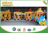 Tren eléctrico atractivo de la pista del parque de atracciones para el paseo de los cabritos