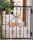 美しいヨーロッパ式の錬鉄のゲート