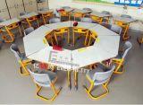 테이블과 의자가 유아원 가구에 의하여 농담을 한다