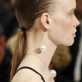 倍はぶら下げる二重白い模倣真珠のイヤリングが付いているイヤリングを味方した