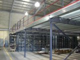 A cor revestiu a oficina clara vertida para o armazenamento, fábrica do armazém