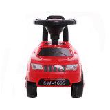 Голубая езда детей цвета на автомобиле игрушек