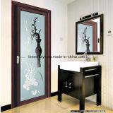 Esthétique et porte la salle de bains avec douche et porte à battants de porte