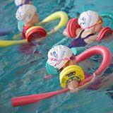De goedkope Zwemmende Noedels die van de Prijs Staaf zwemmen