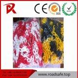 Chaîne en plastique de couleur différente de la route
