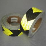 安全のための反射テープを示す2.5cm自己接着黄色および黒いの矢印のトレーラー