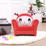 女の子幼児によって装飾されるアーム椅子のソファー