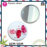 Espelho de maquiagem com cosméticos de um lado com logotipo