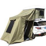 別館が付いている屋外のキャンプテントのトレーラーの屋根の上のテント