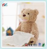 Der Peekaboo Teddybär, der lebhaftes angefülltes elektrisches Tier sprenkelt, scherzt Spielzeug