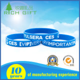 La aduana de calidad superior Debossed/grabó el Wristband impreso del silicón de la insignia