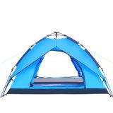 L'homme 4 sautent vers le haut la tente, qualité tente de 4 saisons