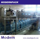5 galloni che imbottigliano il macchinario di riempimento di produzione dell'acqua minerale