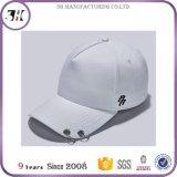 Бейсбольная кепка с длинними кольцами планки и металла