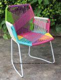 庭の藤の肘掛け椅子のTropicaliaのレストランの椅子を食事する屋外の金属