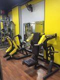 Des équipements de gym d'un marteau de force / Presse de l'épaule