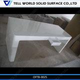 Чисто белой высокой лоснистой изогнутая поверхностью таблица офиса стола офиса