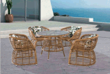 의자를 가진 옥외 등나무 테이블