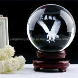 Bal van het Glas van het kristal de Transparante met het BinnenBeeld van de Laser