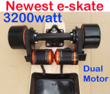 Angeschaltenes aufgeladenes elektrisches Rochen-Vorstand-Skateboard elektrisch